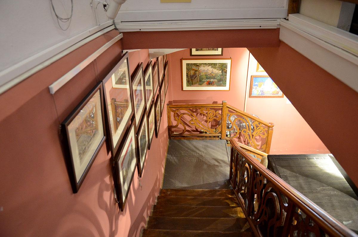 Лестница из кабинета директора музея Бахрушина в цокольное хранилище, обязанная своим появлением итальянскому актеру Томмазо Сальвини и его любви к удобствам передвижения.