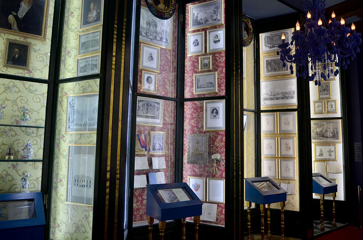 Вид вблизи на один из стендов основного зала театрального музея Бахрушина. Высокие стенды могут затруднить чтение пояснений, помочь могут мониторы. На которыз доступна вся информация об экспонатах.