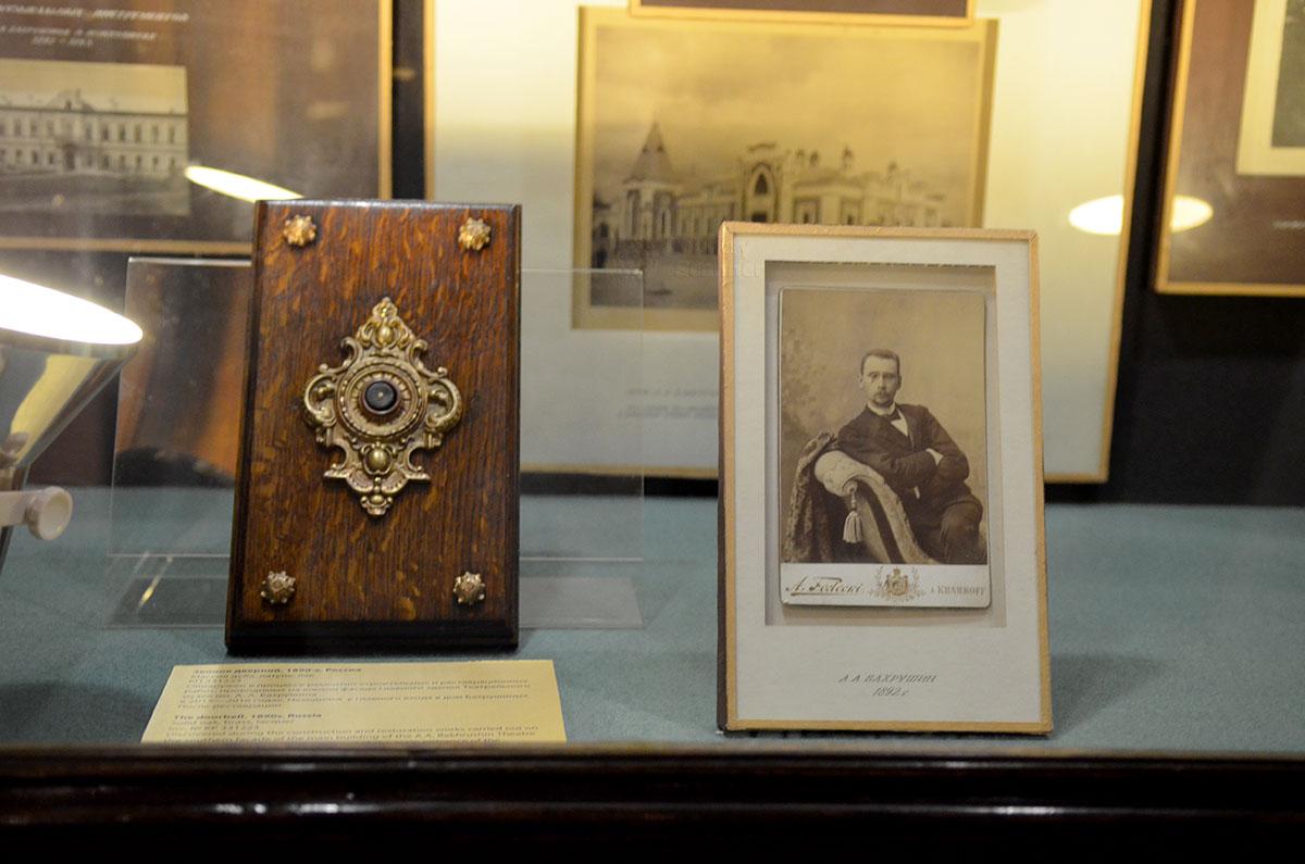 Фотографии и личные вещи основателя театрального музея Бахрушина, возглавлявшего свое детище до самой кончины, и при царе, и при большевистской власти.