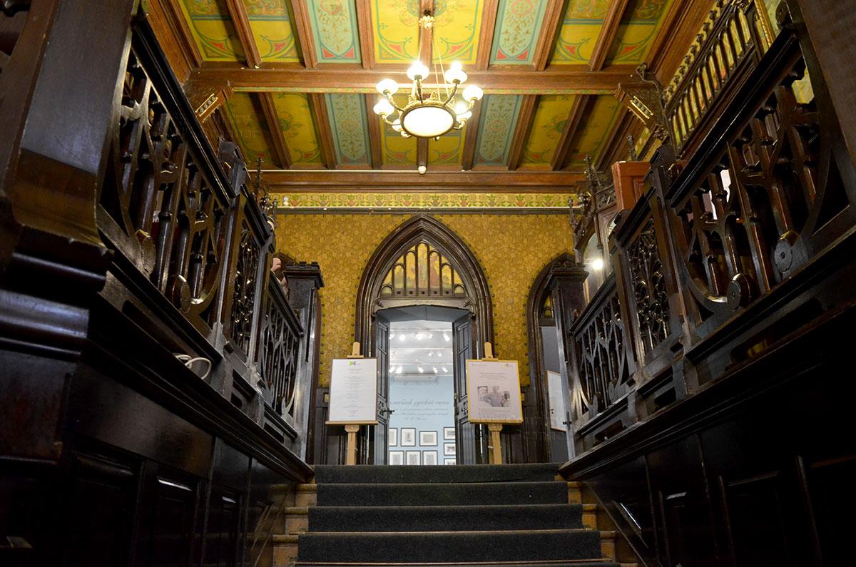 Парадная лестница входа на жилой этаж особняка, где базируется основная экспозиция музея Бахрушина. Необходимость лестницы вызвана наличием цокольного этажа.