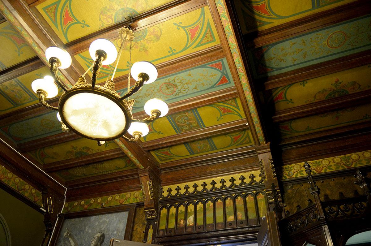 Входная группа здания особняка и музея Бахрушина имеет расписной потолок восточного колорита. Ограждение лестницы и арки входа в залы образуют цельный ансамбль.