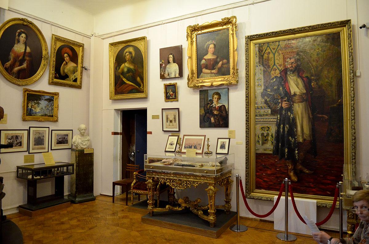 Столь же обильно увешаны живописными полотнами и противоположные стены кабинета в музее Бахрушина. В дальнем углу бюст итальянского трагика Сальвини, с которым связаны несколько занимательных рассказов обзора.