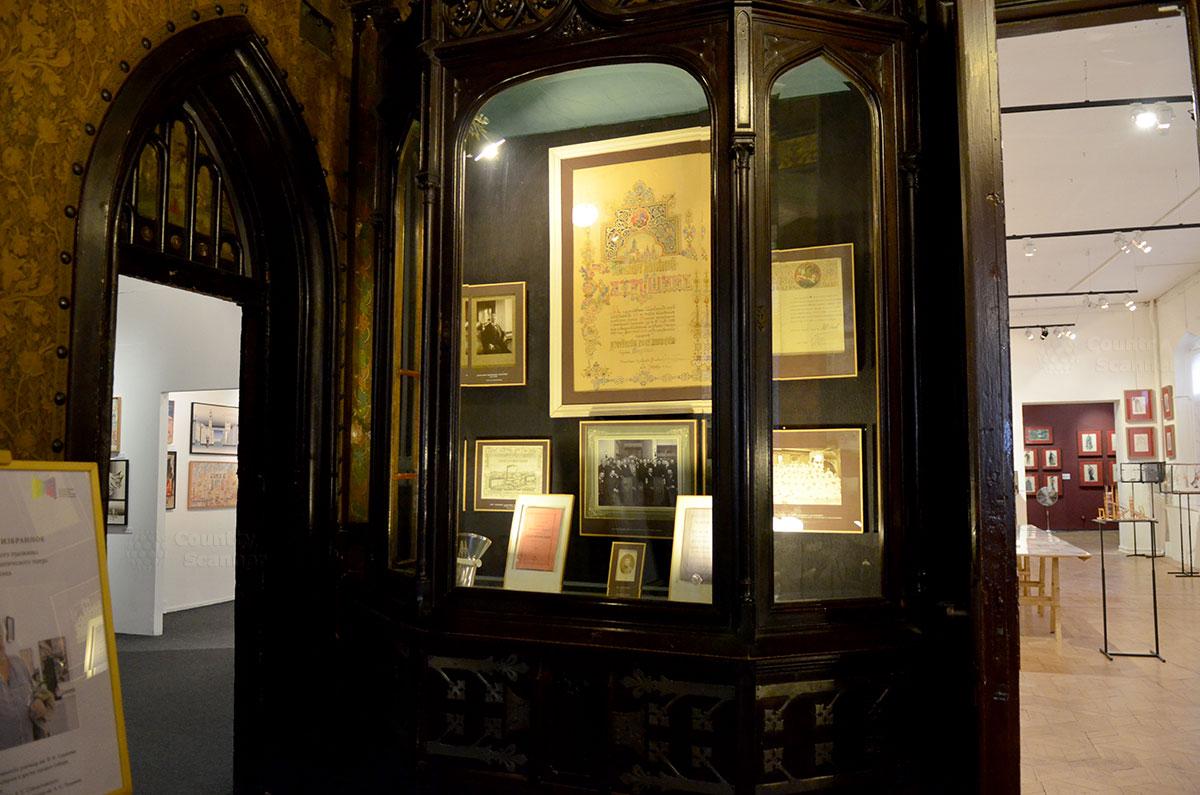 Бывшие буфеты на входе в холл музея Бахрушина переоборудованы самим владельцем в выставочные витрины. Здесь размещена информация об истории рода, а также о создании театральной музейной коллекции.
