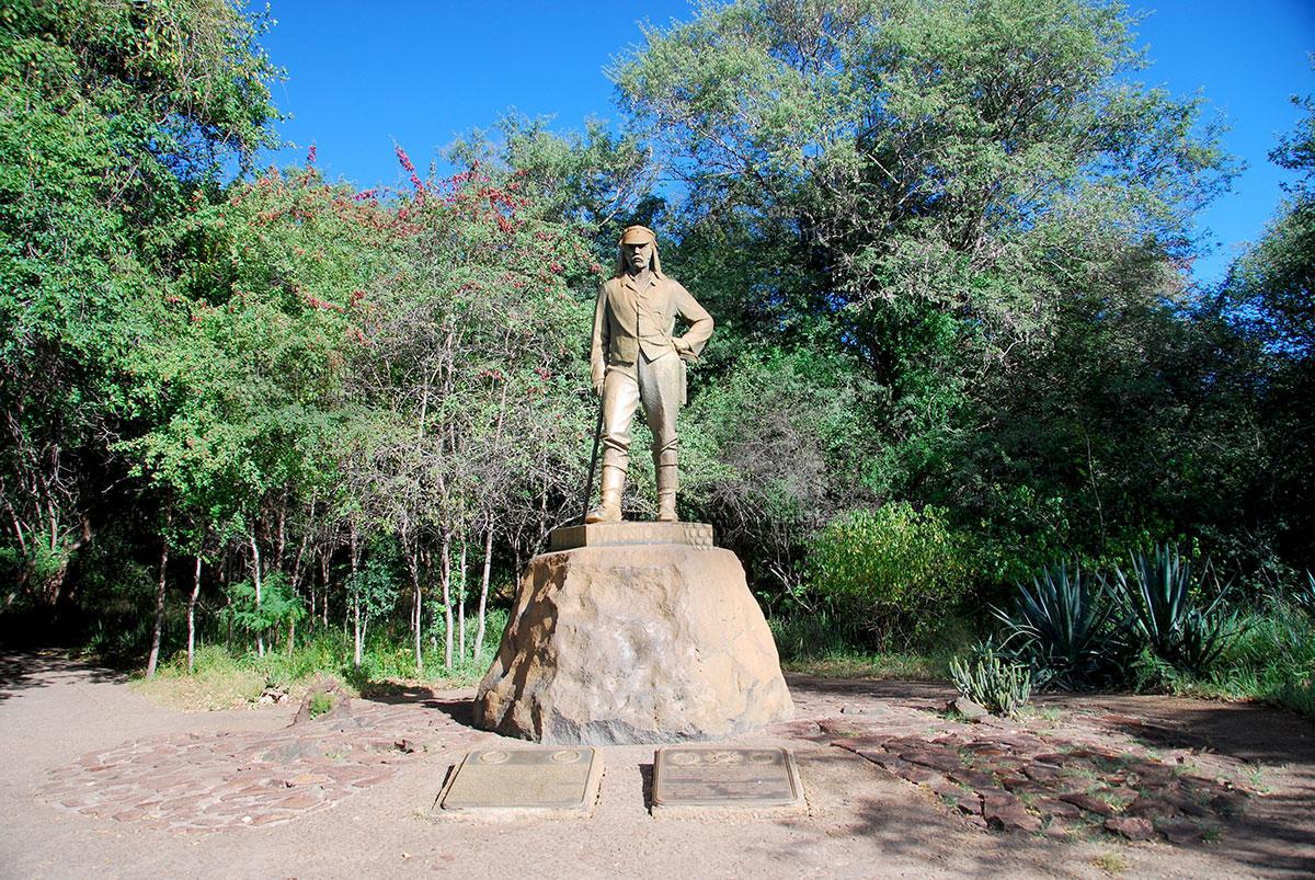 Памятник открывателю водопада Виктория - Ливенгстону