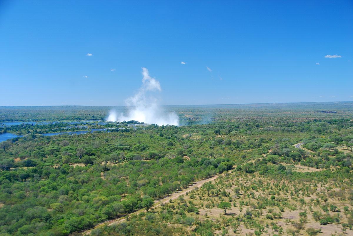 Водопад Виктория. Дымящейся поток