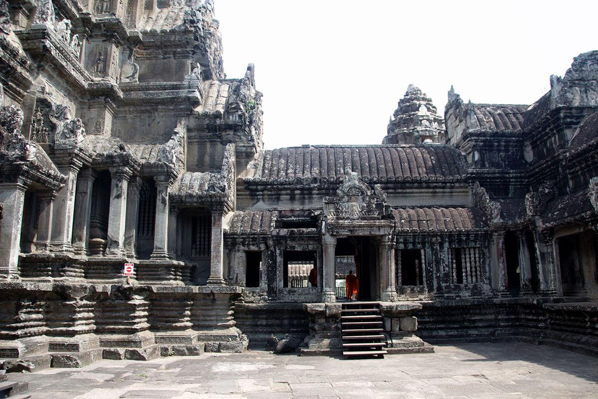 Лестницы Ангкор-Ват выполняют роль входов и опор одновременно