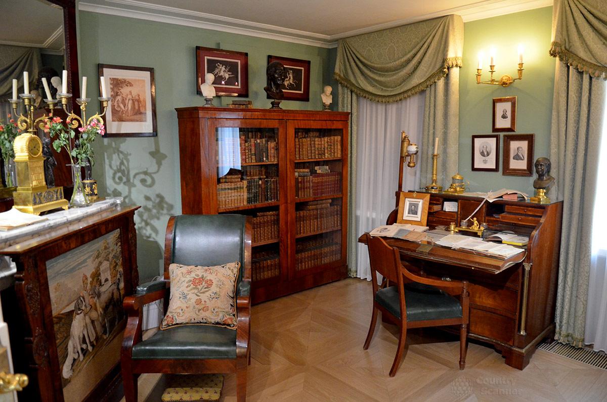 вот картинки пушкин в кабинете очень открытая