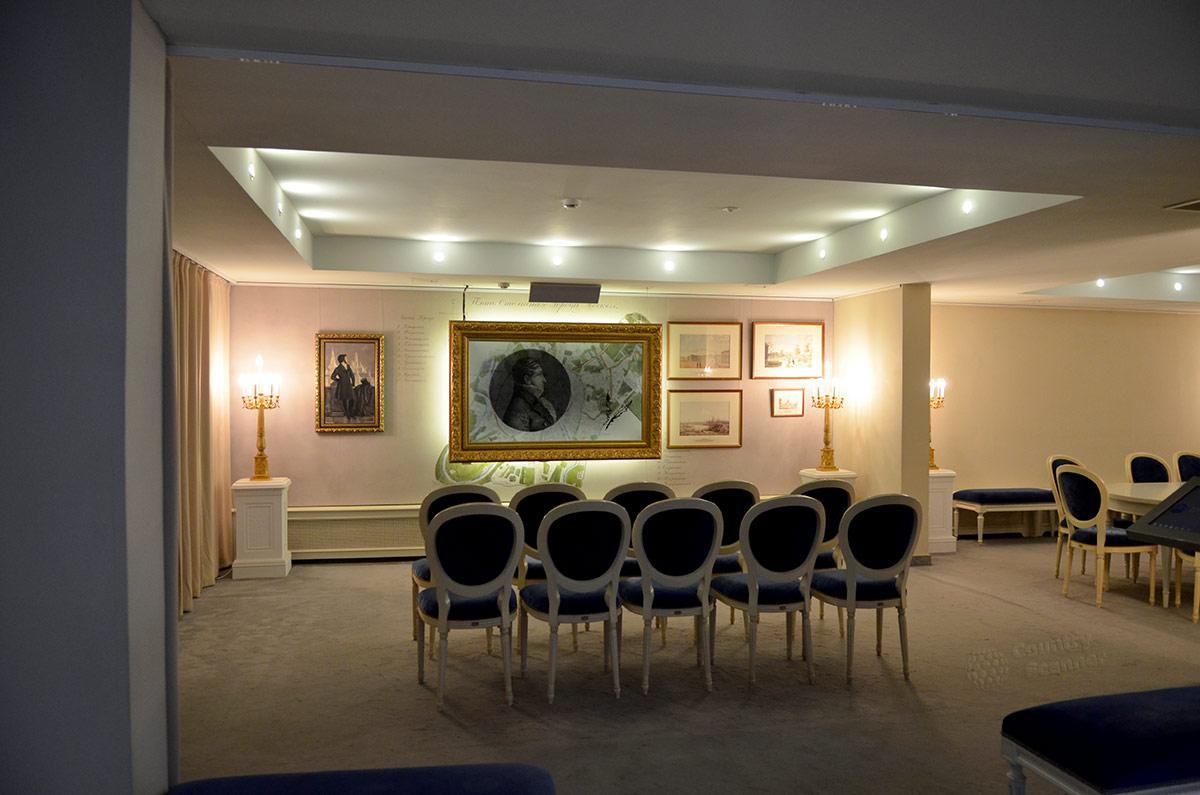 Цокольный этаж здания дома музея В.Л. Пушкина оборудован залом для вводной лекции. Вступительное слово подкрепляется демонстрацией информационных материалов.