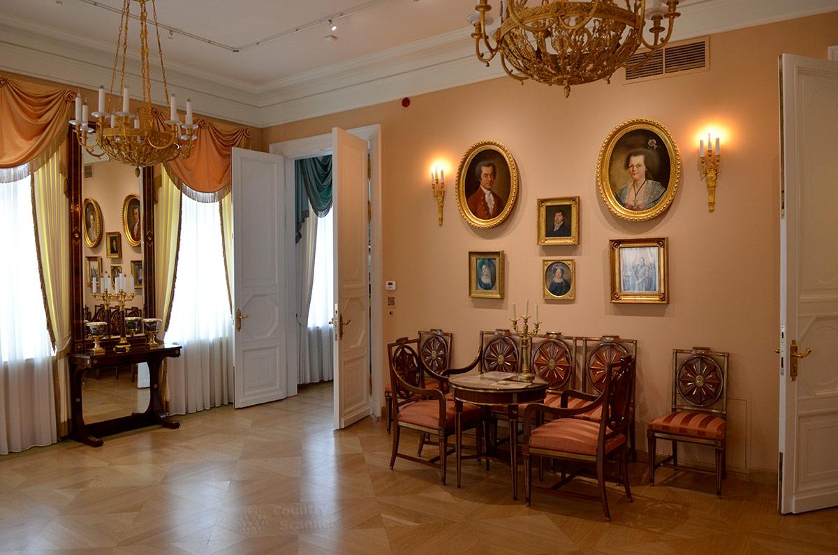 Парадный зал дома музея В.Л. Пушкина обставлен мебельным гарнитуром, в простенке между окнами зеркало во всю высоту зала. Деревянная резная рама выполнена как единое целое с небольшой столешницей.