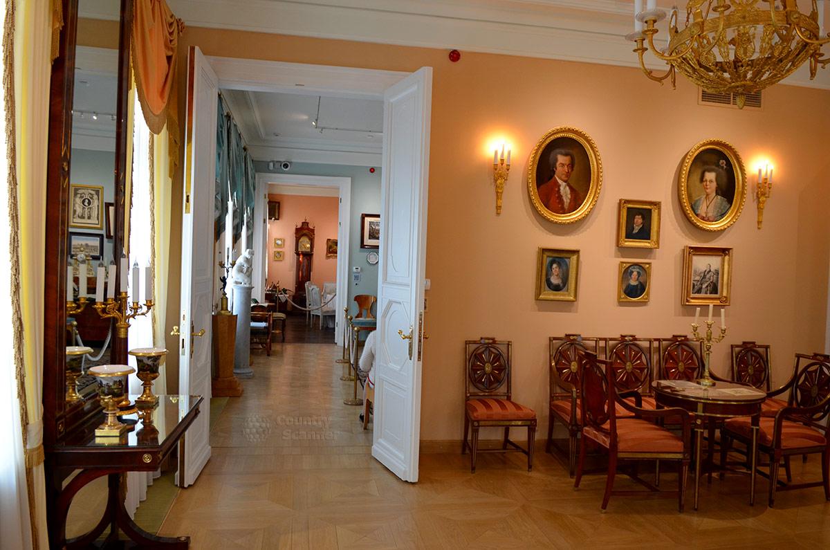 Расположение проходных комнат дома музея В.Л. Пушкина хорошо просматривается из парадного зала. Череда помещений с разной окраской стен имеет вид продольной анфилады.