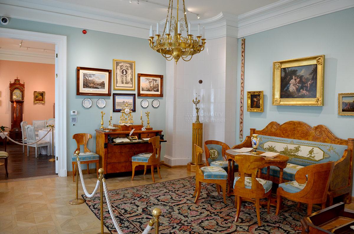 Второе помещение анфилады комнат дома музея В.Л. Пушкина хорошо меблировано, это гостиная. Здесь шикарный набор мягкой мебели и столик, секретер с письменными принадлежностями и сувенирами.