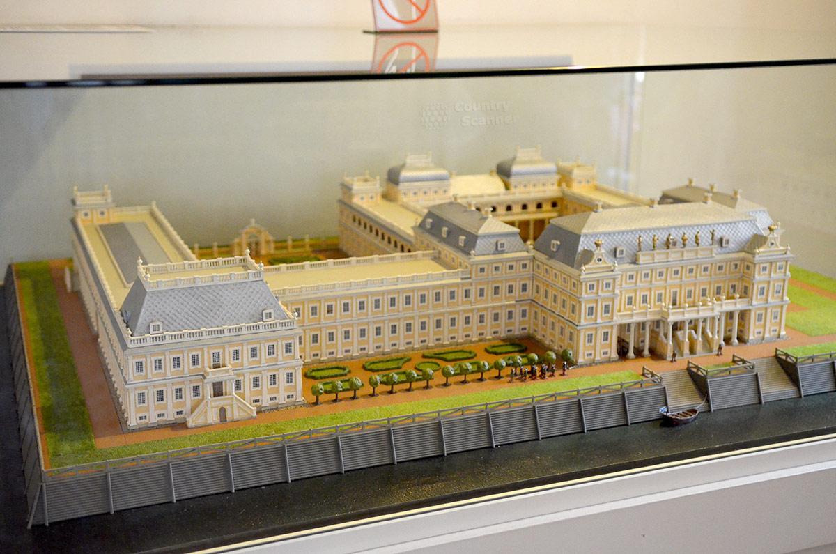Макет всего комплекса дворца Меншикова показывает масштабы этой обширной усадьбы. Не вошел в предмет макетирования обширный парк, прилегающий к парадным зданиям.
