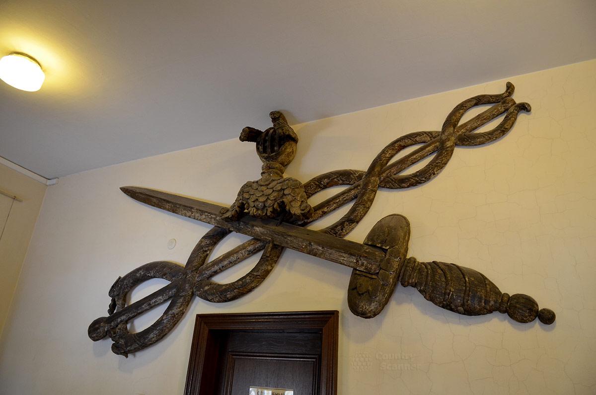 Во дворце Меншикова, являющемся частью музея Эрмитаж, сохраняют эмблему первого военного учебного заведения сухопутных войск – Кадетского корпуса, размещавшегося в этих стенах.