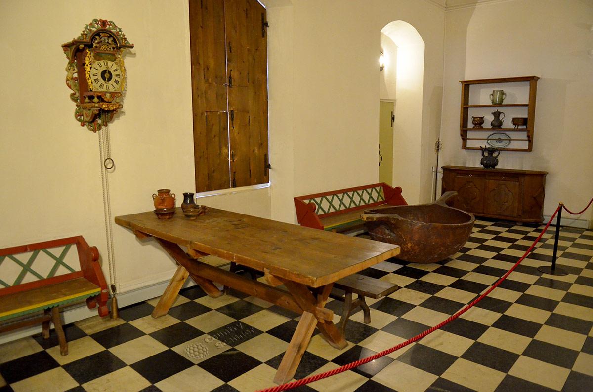 Поварня дворца Меншиковых, из трех имевшихся сохранена только эта. Деревянный разделочный стол для мяса говорит о ее специализации, как и гигантский ковш для розлива пива из бочек.