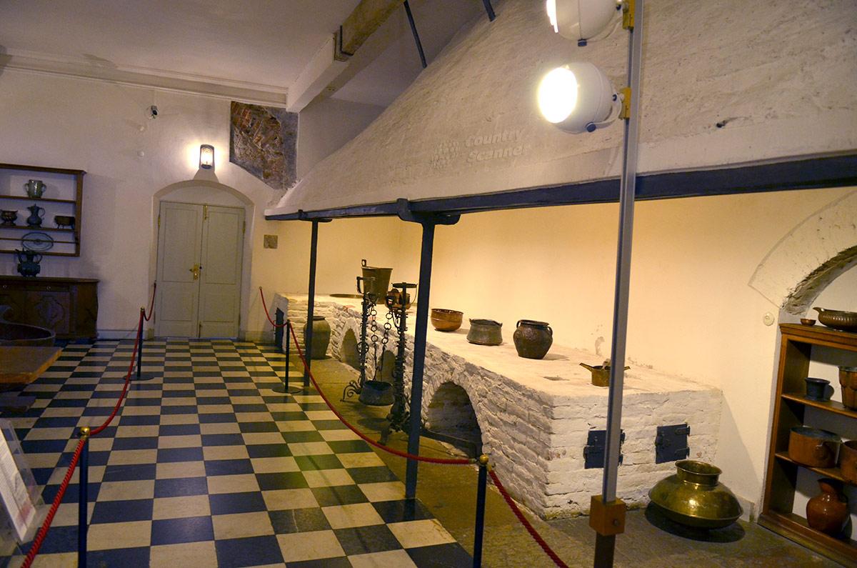 Кухонное помещение дворца Меншикова с другого ракурса. Печь на три очага с вытяжкой для удаления горячего воздуха и водяного пара от приготовления пищи, образцы посуды для варки и запекания.
