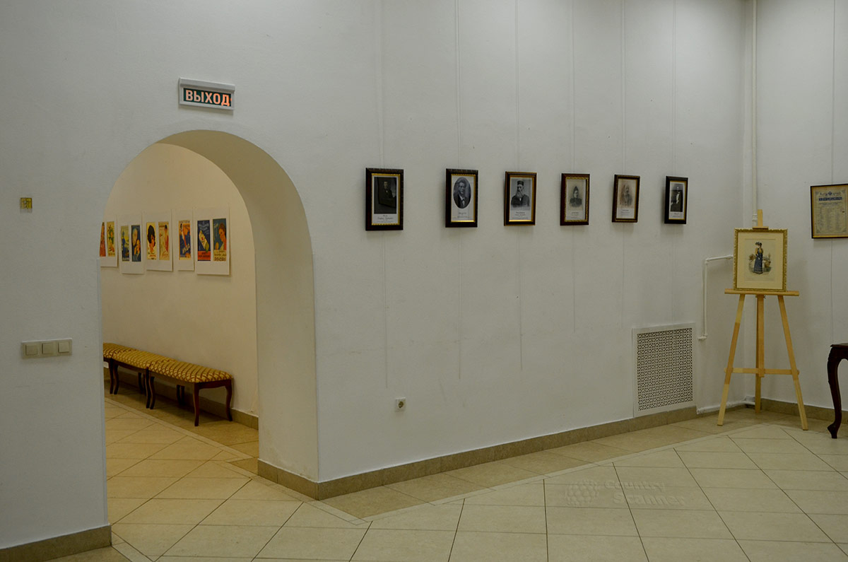 Увешанные картинами стены галереи Варшавской.