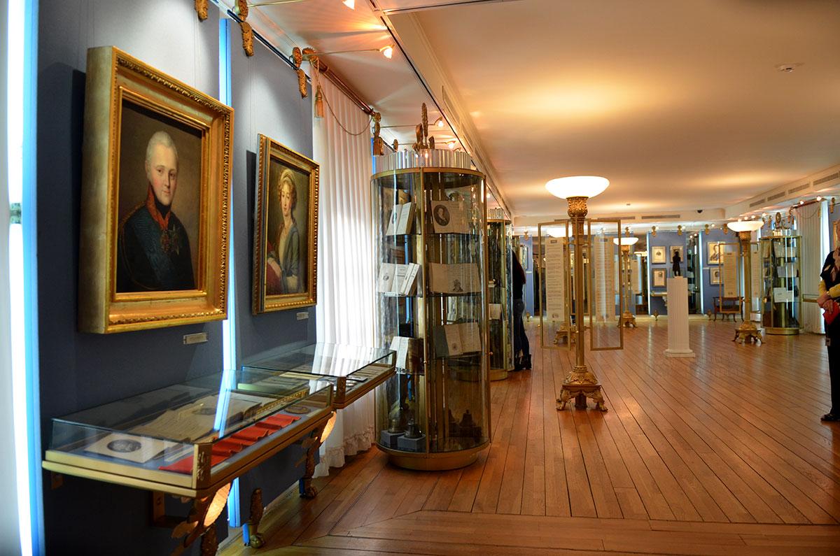 Основной зал, представляющий пушкинскую эпоху – первую половину XIX столетия. Просторное помещение музея Пушкина содержит много живописных полотен, изданий литературных произведений и других экспонатов.