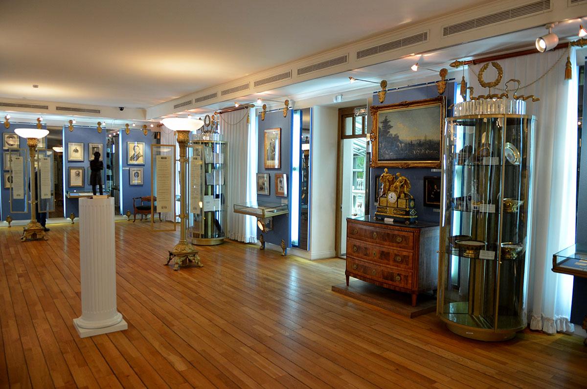 В центральной части основного зала музея Пушкина установлена его статуя на высоком белом постаменте в форме колонны. Пушкин стоит в позе Наполеона, со скрещенными на груди руками.