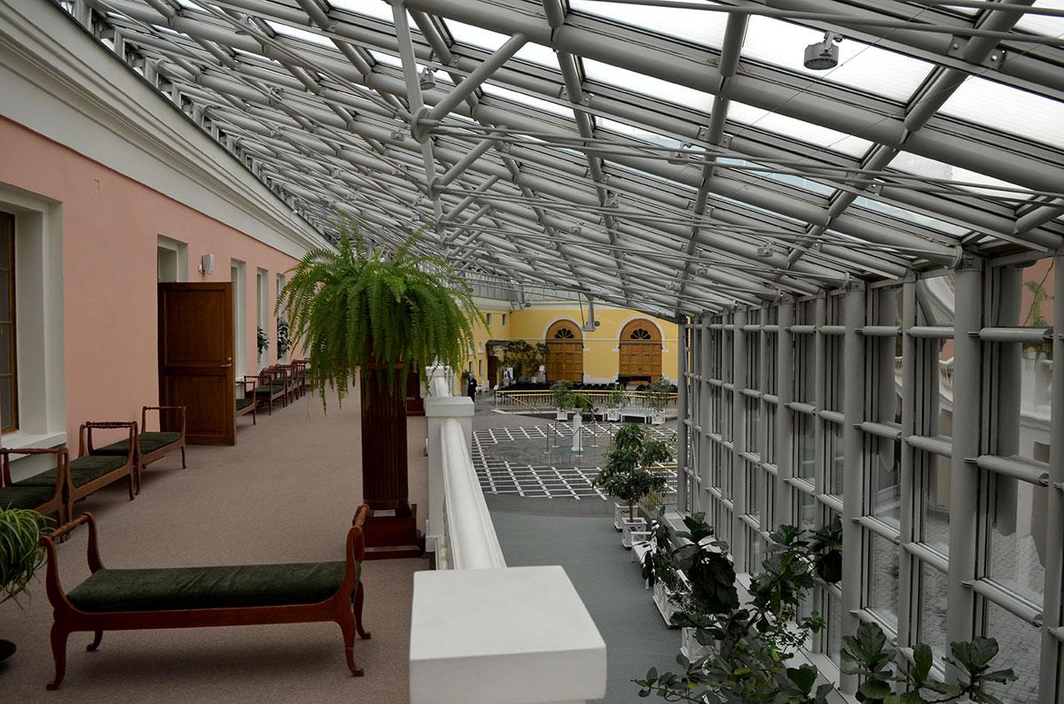 Терраса с выходами из помещений музея Пушкина, бывшего дворянского особняка семейства Хрущевых. На заднем плане музейные кассы и вход. Современный навес сделан из стекла и металла.