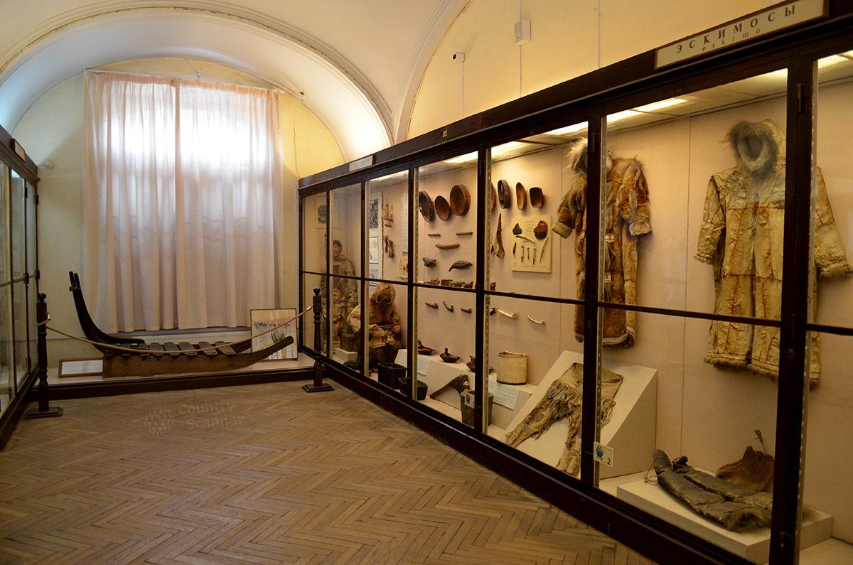 Экспозиция Кунсткамеры начинается с экспонатов, рассказывающих о жизни и материальной культуре народов крайнего севера континента Северная Америка – эскимосов и алеутов.