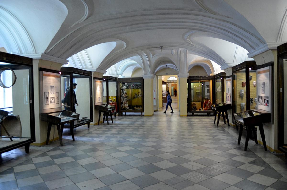 Общий вид экспозиции японского зала под сводчатым потолком Кунсткамеры. Одно из красивейших по наружному облику зданий Петербурга красиво и внутри.