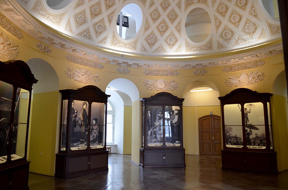 Финальная часть экспозиции Японии в купольном зале Кунсткамеры. В шкафах представлена историческая часть экспозиции культуры и искусства этой островной страны.