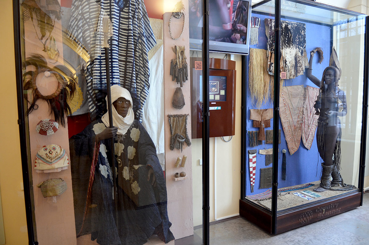 Кунсткамера представляет в своих витринах культуру и быт африканских народов, проживающих к югу от пустыни Сахара. Выставлены манекены, на которых можно видеть различные одеяния.