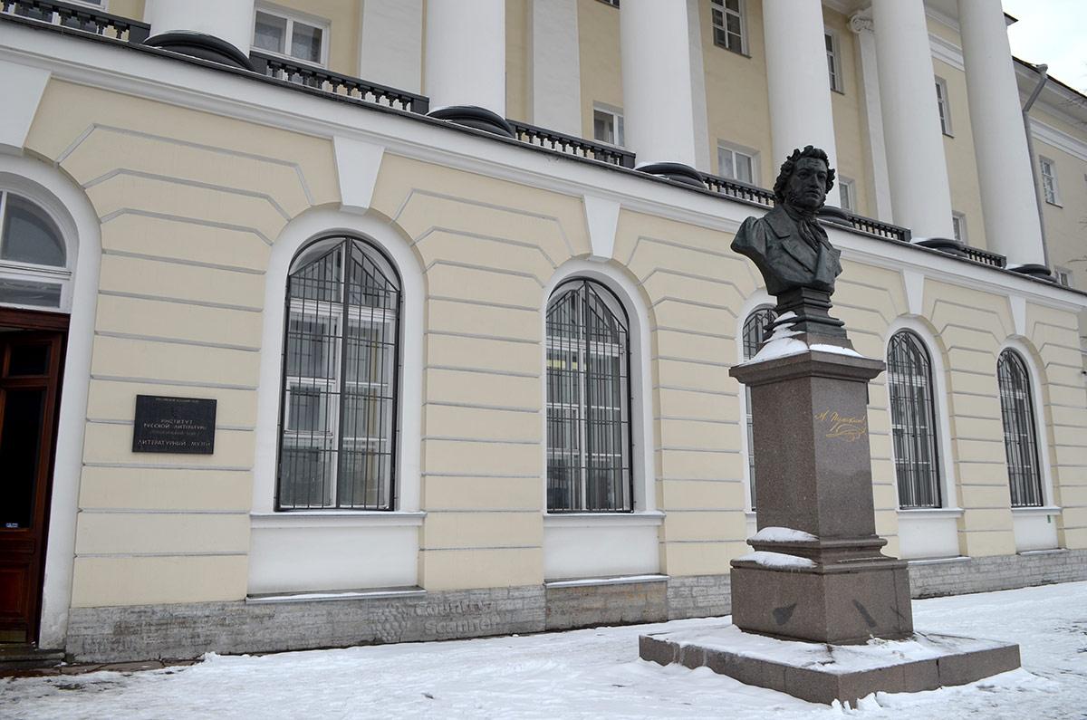 Бюст Пушкина работы Шредера, установленный возле литературного музея академического Института русской литературы в Санкт-Петербурге к 200-летнему юбилею великого поэта.