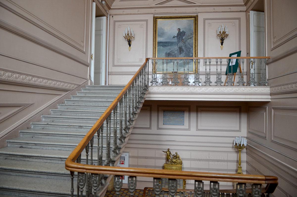 Поднимающиеся по лестнице посетители литературного музея выходят к любопытному живописному полотну. Фигуру прощающегося с морем поэта написал Репин, море и скалы – Айвазовский.