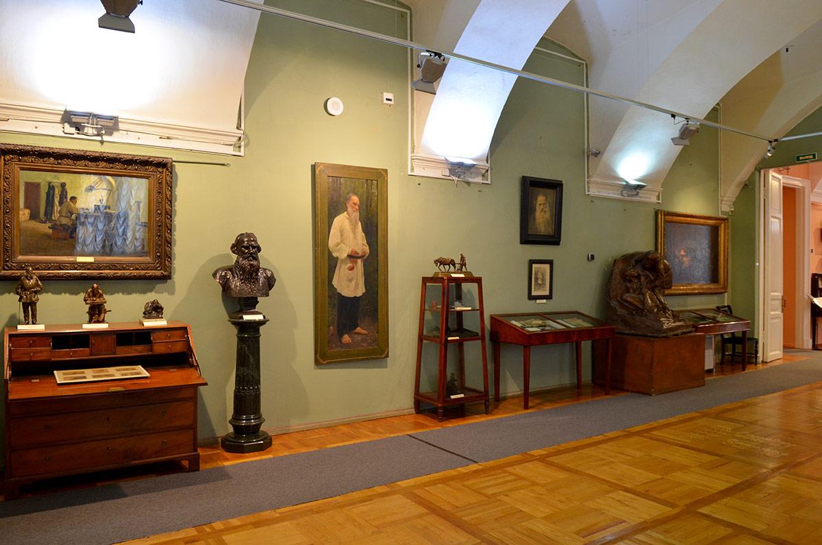 Литературный музей демонстрирует множество изображений Толстого на холсте и бумаге, в бронзе и мраморе. Из личных вещей приметны сапоги на нижней полке этажерки, пошитые самим писателем.