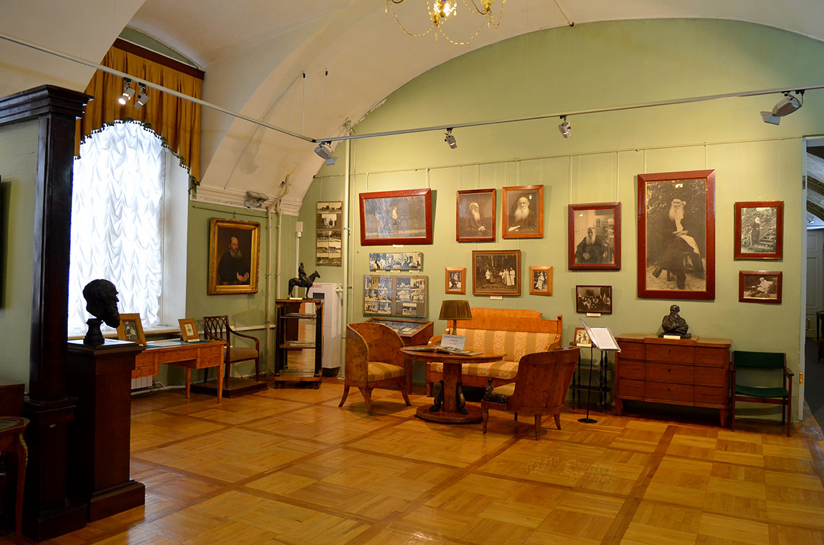 Судя по табличкам на мебели, многие вещи в литературном музее принадлежали его семье. На стене коллекция фотографий Льва Толстого в различные моменты творчества и отдыха.