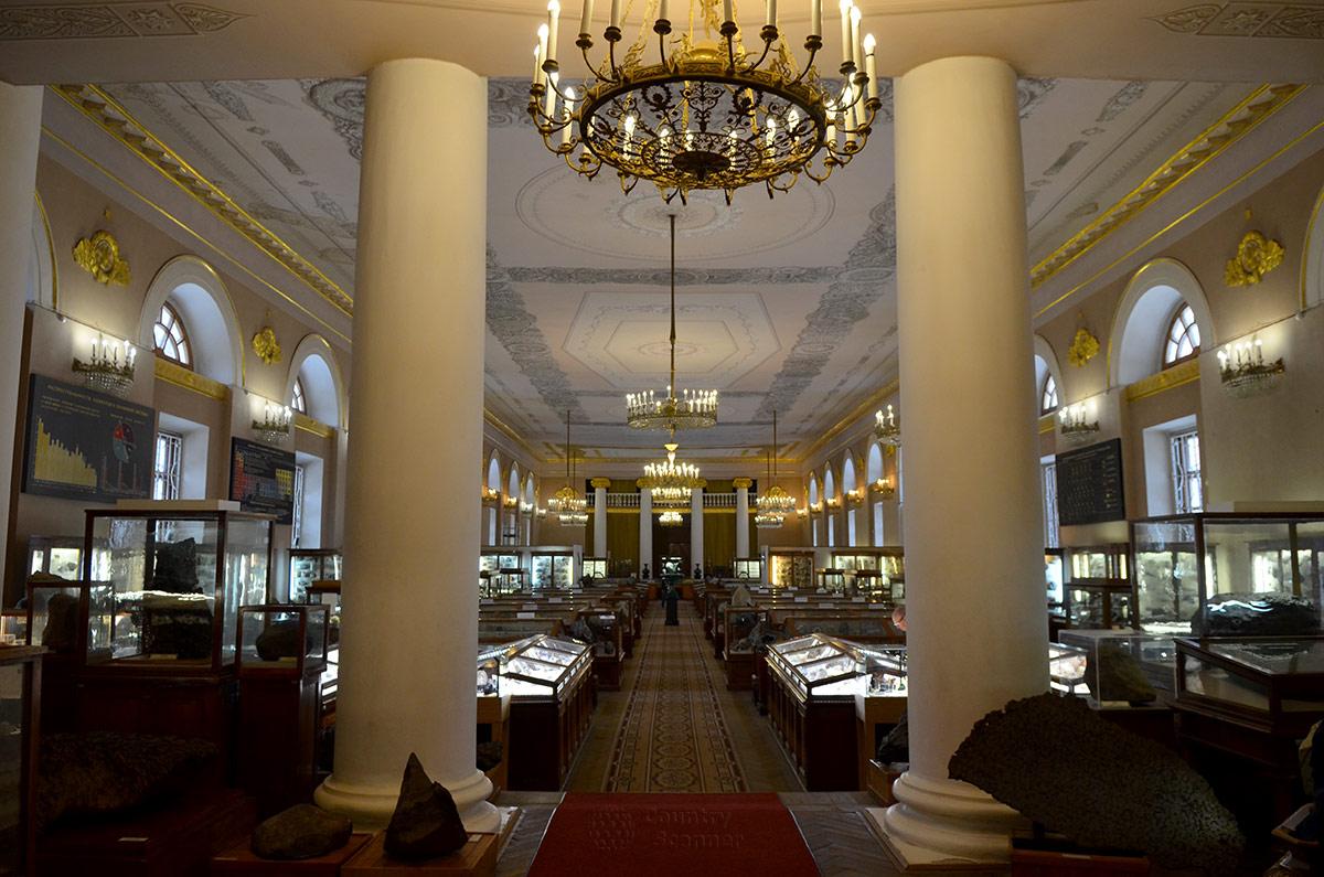 Первые экспонаты минералогического музея расположены у подножия колонн на входе. Здесь самые крупные экспонаты, в том числе фрагменты метеоритов.