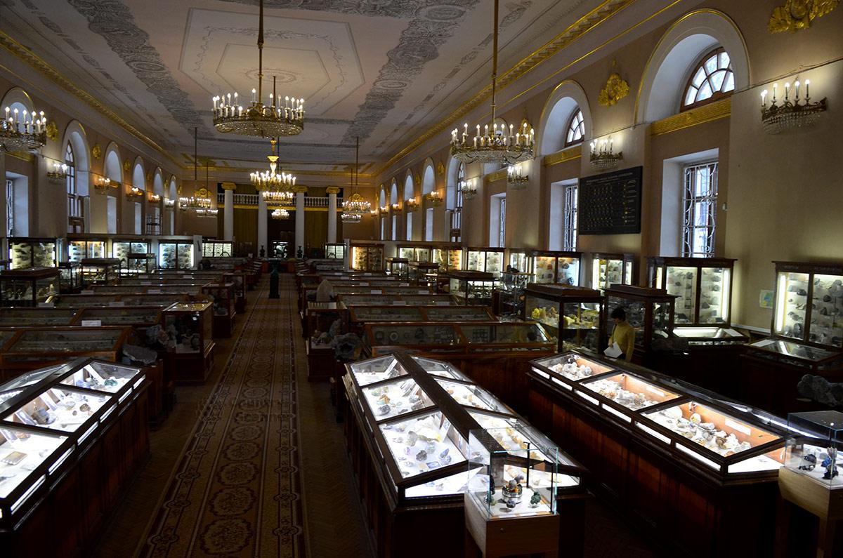 Основное количество экспонатов минералогического музея выставлено в демонстрационных витринах. Они установлены вдоль прохода и стен в обеих направлениях.