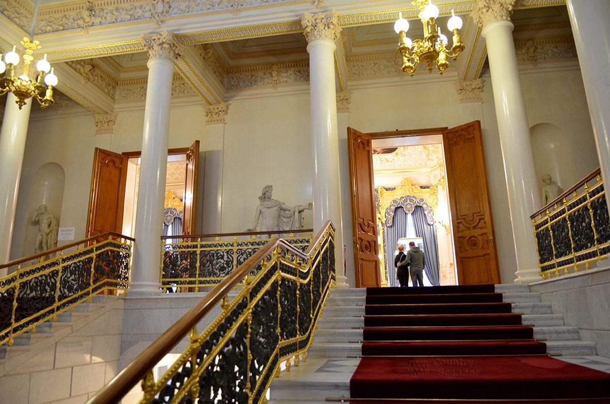 Парадная лестница с приметными по окраске ограждениями встречает посетителей музея Фаберже. Наверху холл украшен колоннами и копиями античных скульптур.