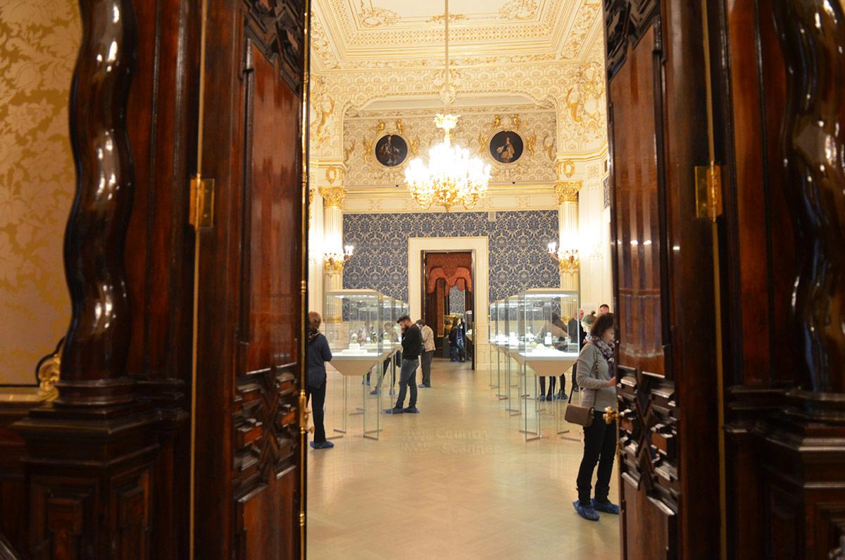 Массивные дверные коробки и полотна из ореховой древесины выполнены искусными резчиками по дереву. Они – одно из украшений здания музея Фаберже.
