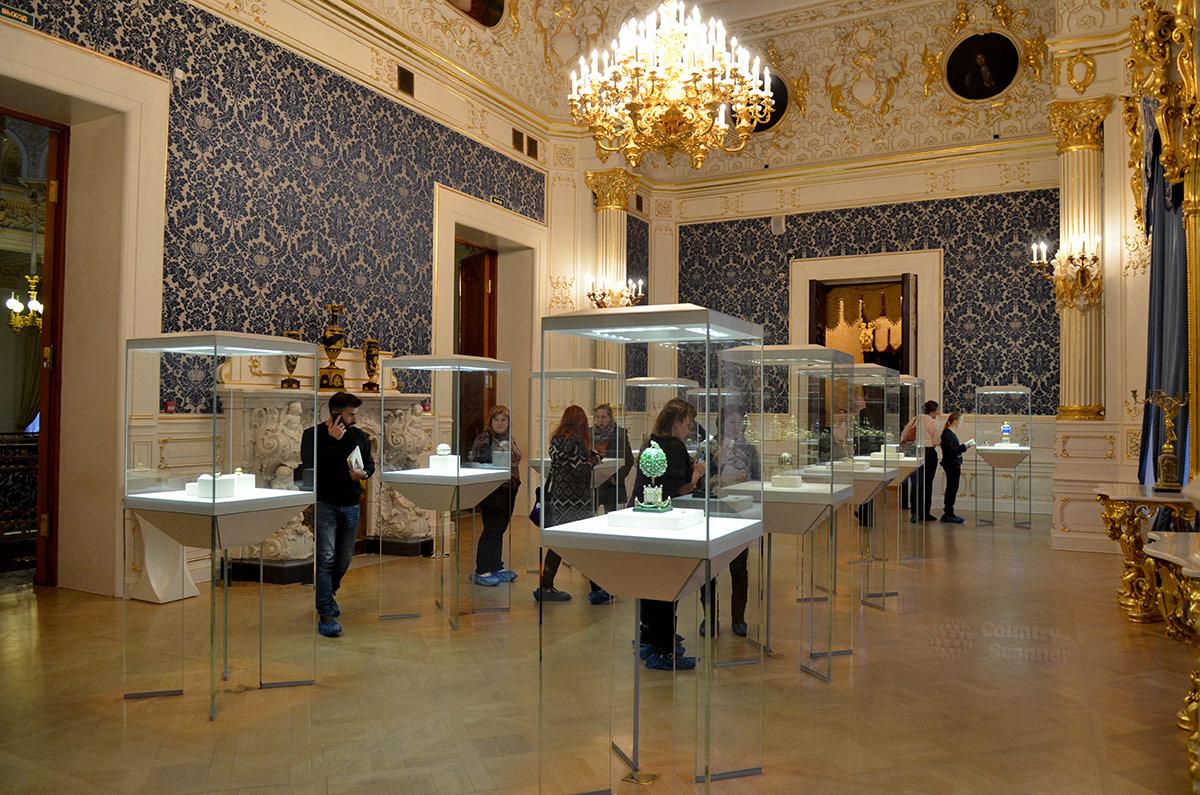 Одно из помещений музея Фаберже – Синяя гостиная, в соответствующих тонах и оформленная. Здесь экспонируются пасхальные яйца производства ювелирной фабрики Карла Фаберже.