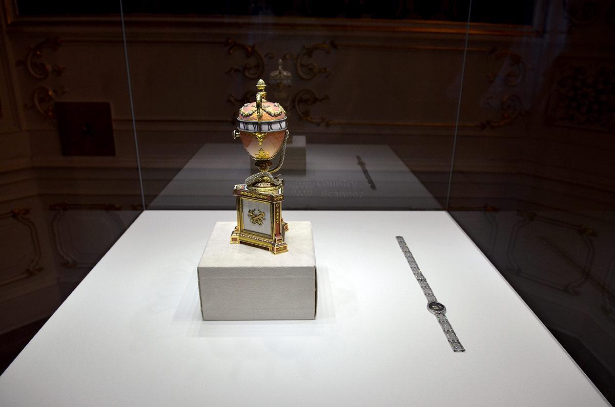 Изготовленное по заказу герцогини Мальборо яйцо с часовым механизмом, где вращается циферблат относительно неподвижной стрелки. Один из любопытных экспонатов музея Фаберже.