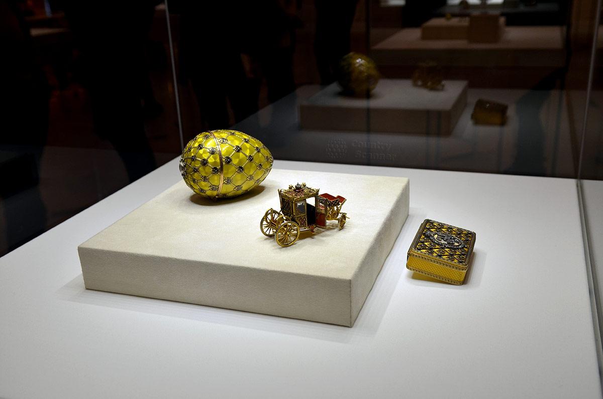 Прообраз модных сладостей – яйцо с сюрпризом в виде точной копии кареты Екатерины Великой. Нынешний экспонат музея Фаберже помог реставраторам этого экипажа.