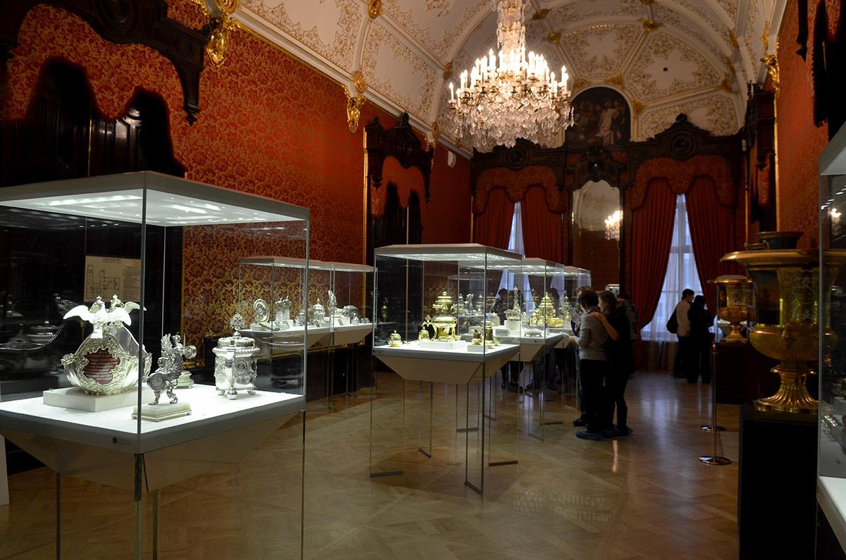 Красная гостиная дворца Шувалова – одно из помещений музея Фаберже. Здесь демонстрируется коллекция серебряной посуды и других изделий из благородного металла.