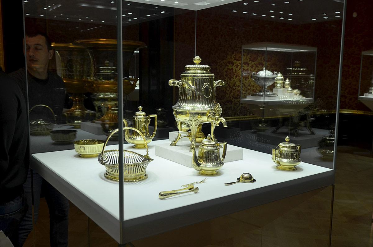В одной из выставочных витрин Красной гостиной музея Фаберже демонстрируется набор серебряной посуды. Самовар, кофейник и чайник, как и прочие предметы, одного стиля.