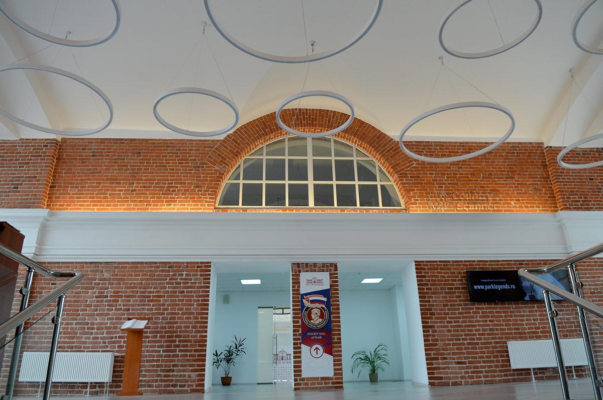 Вестибюль здания музея хоккея достаточно просторен, оформление его интерьера оставляет впечатление незавершенности. Для дизайнеров остается большой фронт работы.