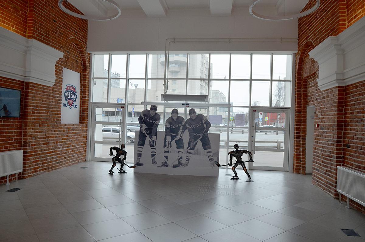 Украшением вестибюля музея хоккея служит группа из трех хоккеистов, словно позирующих перед фотокамерой. Великая тройка нападения ЦСКА и сборной СССР в составе Михайлов – Петров – Харламов была и осталась лучшей.