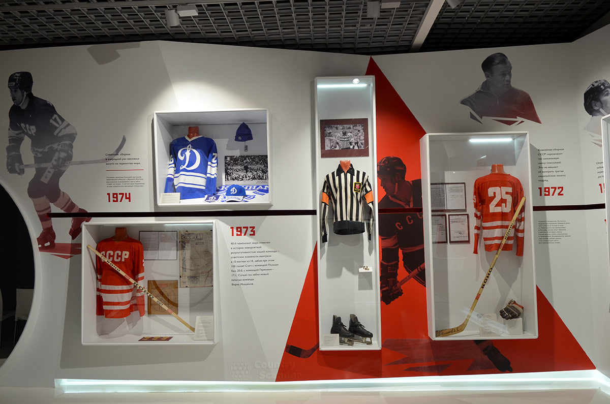 Дальнейшие этапы развития хоккея с шайбой иллюстрирует следующая экспозиция музея хоккея. Вверху справа портрет легендарного форварда ЦСКА и сборной, затем ее тренера в течении нескольких лет – Всеволода Боброва.