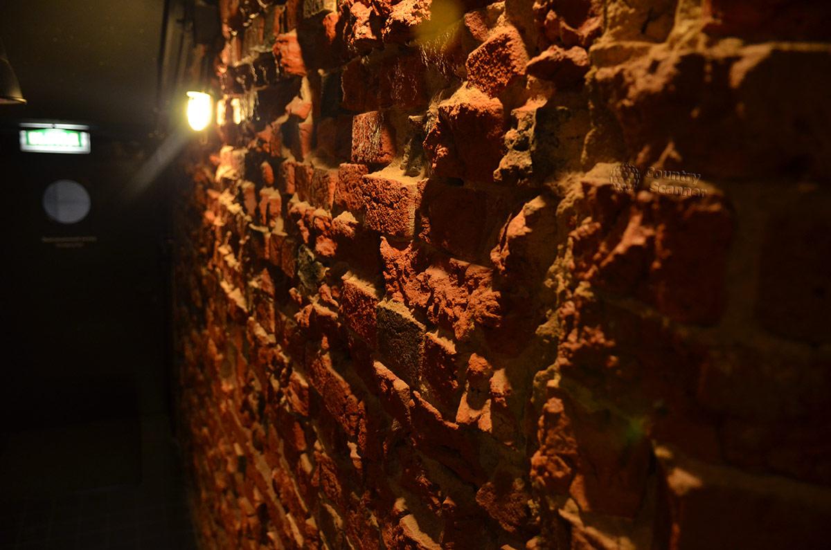 Испещренная выбоинами кирпичная стена здания музея ГУЛАГа призвана создать обстановку, аналогичную тюремной. Имитация удачная, ведь здание построено в 1906 году.