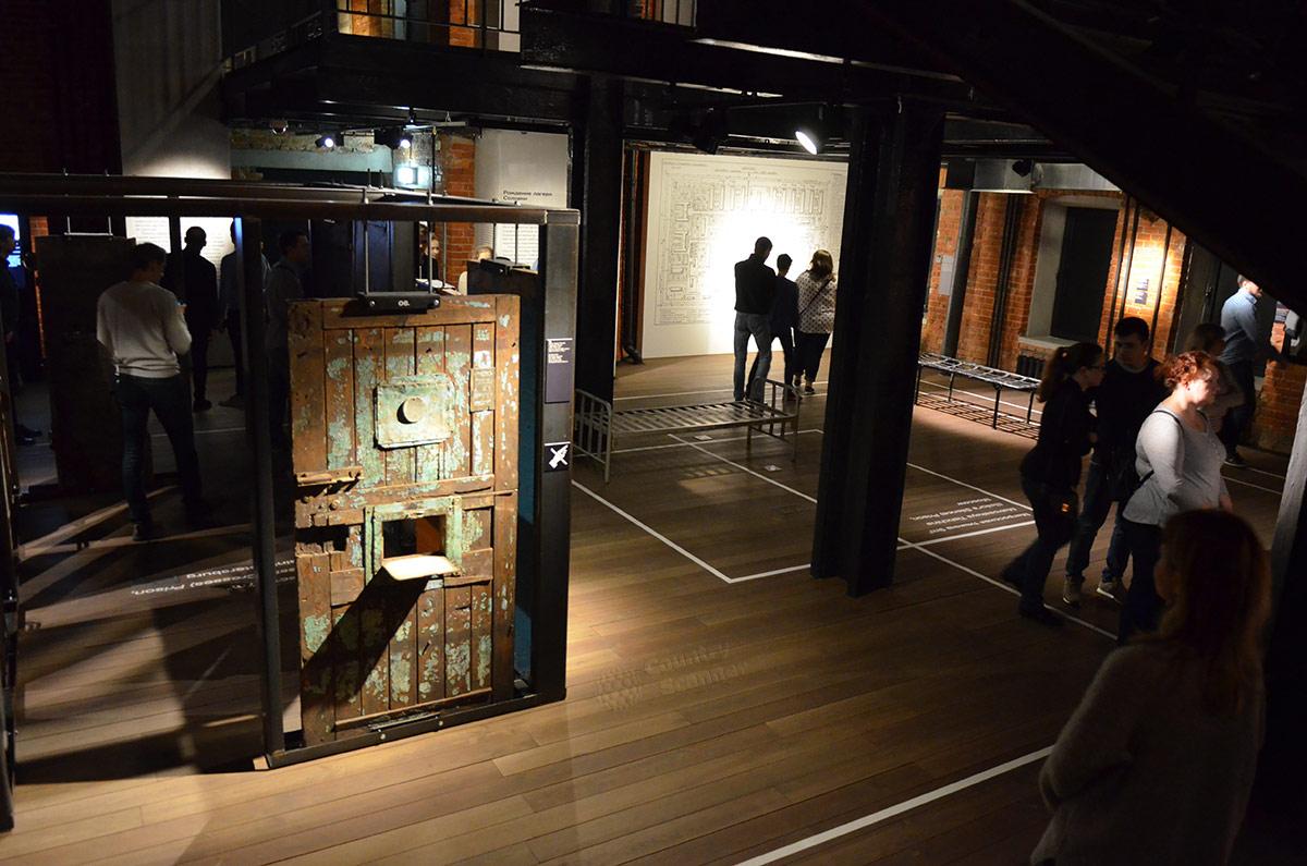 Двери самых известных мест заключения демонстрируются в музее ГУЛАГа. Разметка на полу показывает размеры камер в некоторых из них.