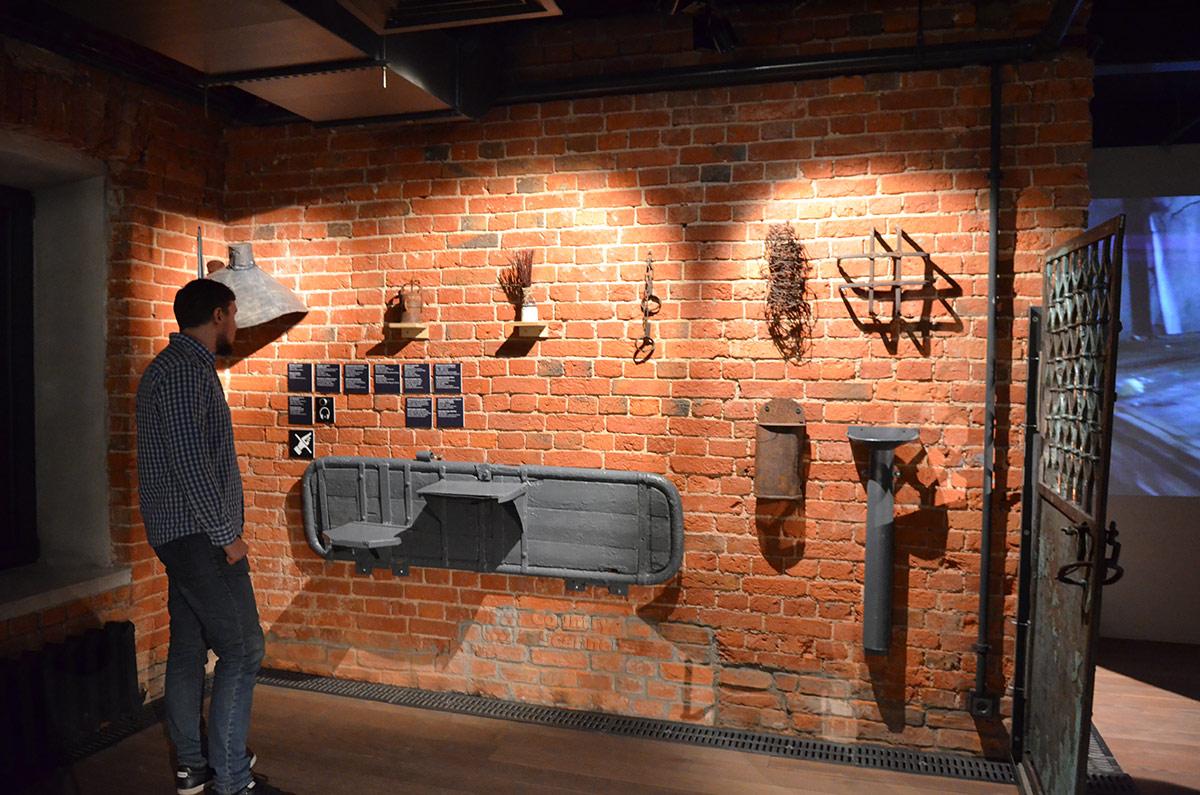 В музее ГУЛАГа воссоздана обстановка карцера Бутырской тюрьмы. Тюремная шконка весь световой день пристегнута к стене, не давая заключенному прилечь.. на стене – атрибуты мест заключения.