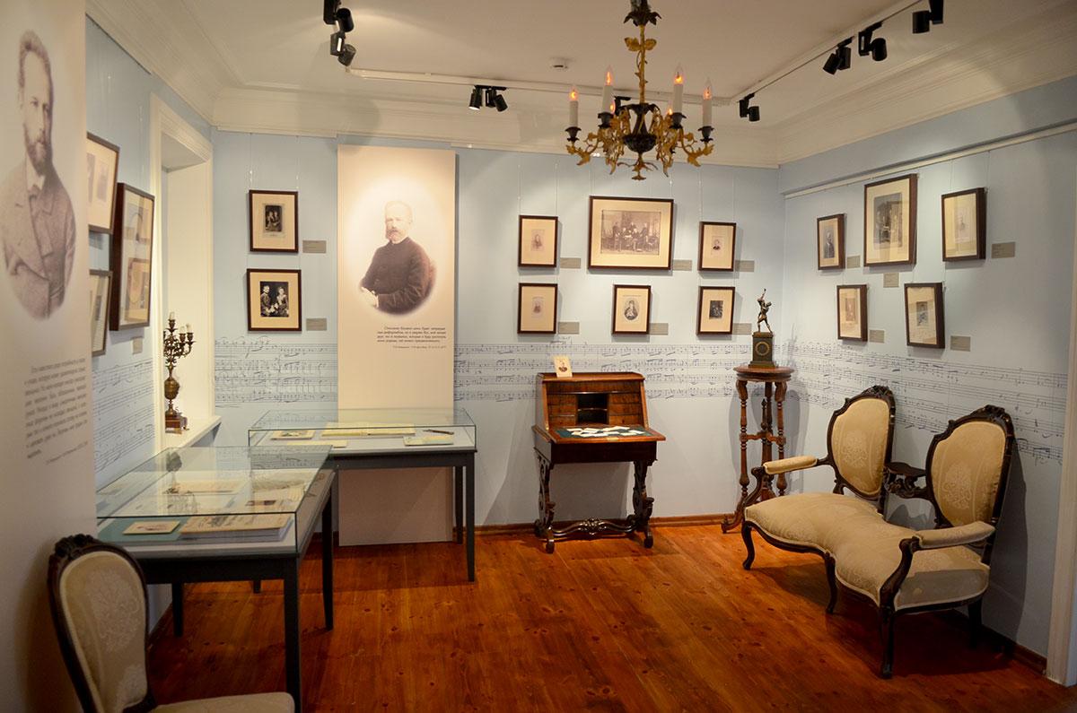 В светло-голубом зале музея Чайковского представлены портреты и групповые фотоснимки членов многочисленной семьи будущего композитора. Мебель не оригинальна, но эпохе соответствует.