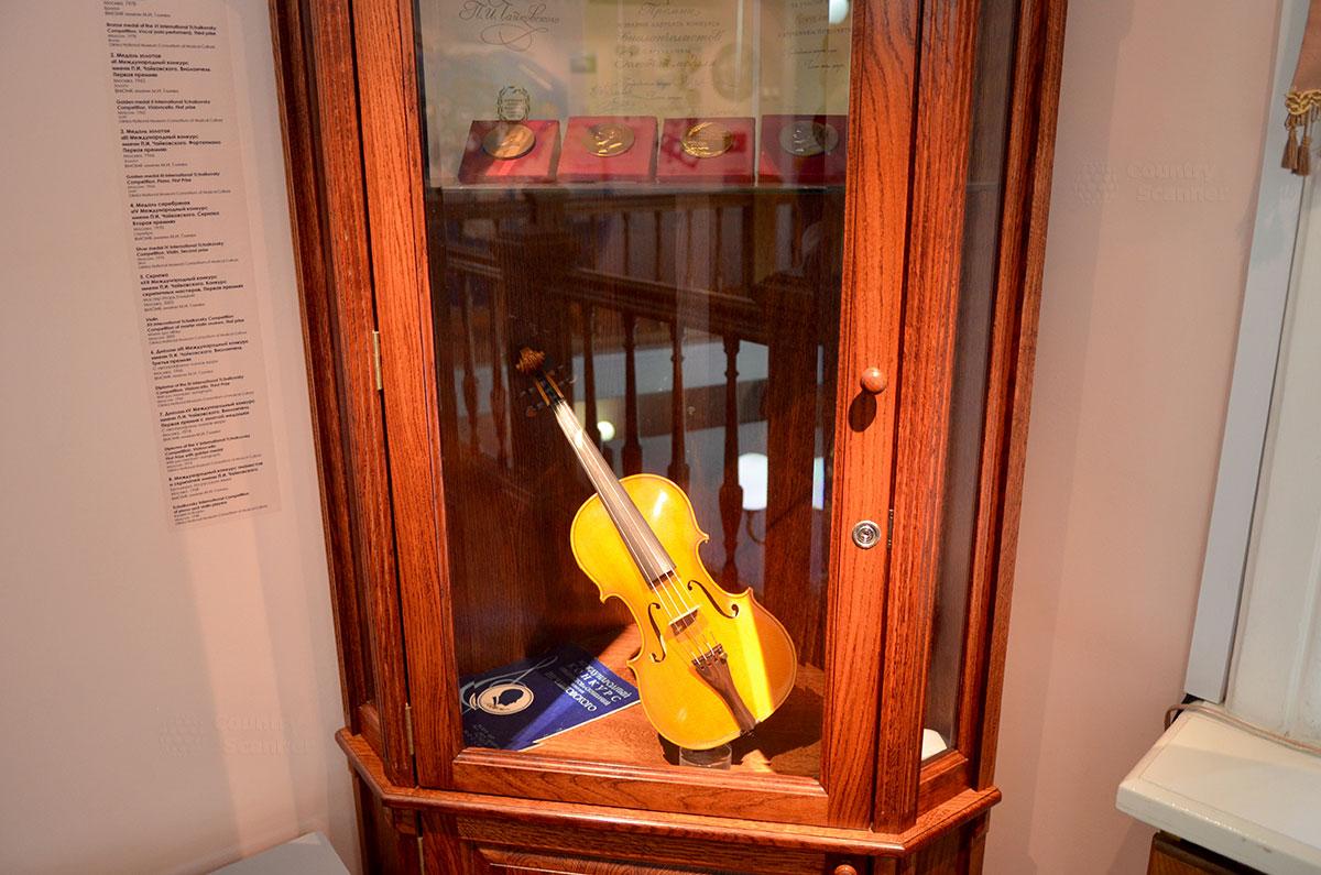 В шкафу, находящемся в углу холла второго этажа музея Чайковского, помещены медали об окончании консерватории по нескольким классам инструментов, а также скрипка, подаренная одним из исполнителей.