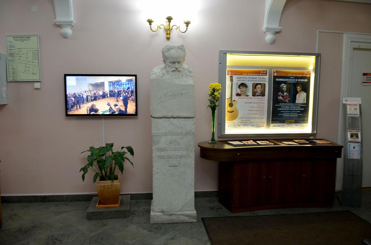 Фойе московского музея Чайковского в единственном сохранившемся в столице здании, где он проживал. На первом этаже только касса, гардероб и концертный зал, а также великолепный бюст композитора.