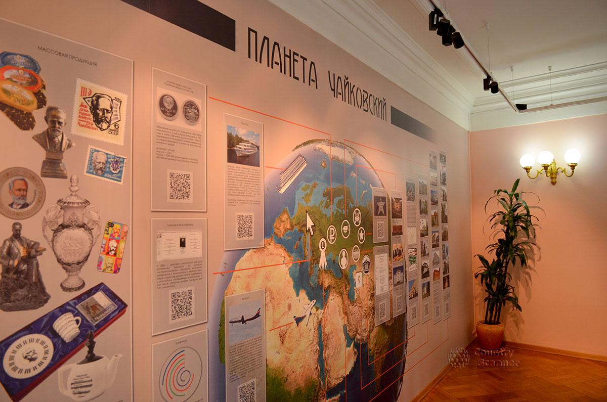 Противоположная окнам холла стена в музее Чайковского занята информацией о его международной известности и большой популярности музыки великого композитора.